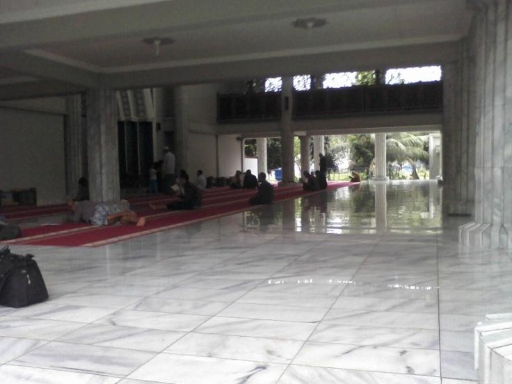 suasana dalam Masjid Fatimatuzzahra