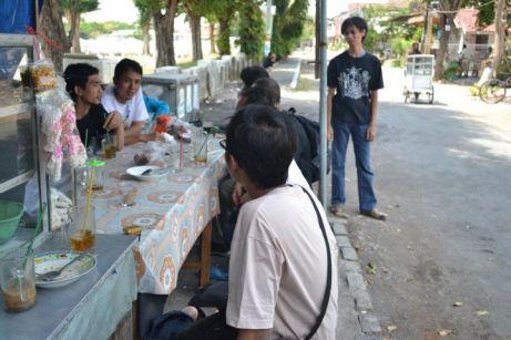 gerombolan #sektesaru menyerbu ibuk penjual nasi di sebelah TMP